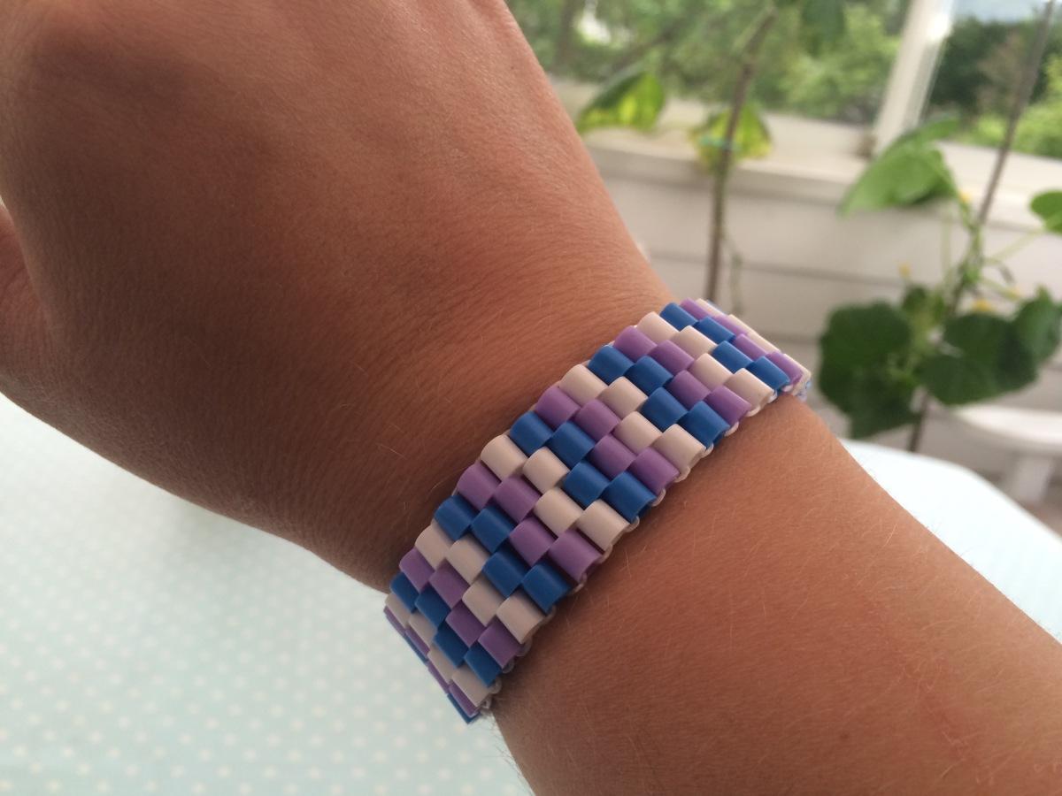 Armband av plastpärlor